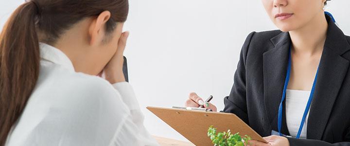 消費者金融の審査を受ける女性